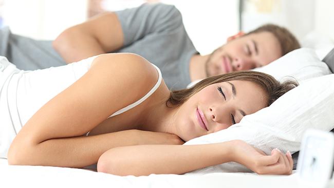 現代人が抱える睡眠に対する不満とは?誰かと一緒に寝る人ほど●●●が高い!?