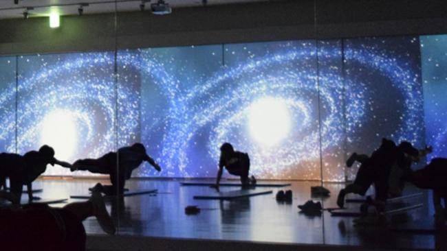 デジタル映像の別世界で脳まで刺激!温泉施設併設のスタジオで「5!SENCES(ファイブセンス)」ヨガをスタート