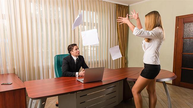 働く人の7割がストレス実感。心がけるアンガーマネジメントのトップ3は、①「深呼吸をする」②「コーヒーやお茶を飲む」③「トイレに行く」