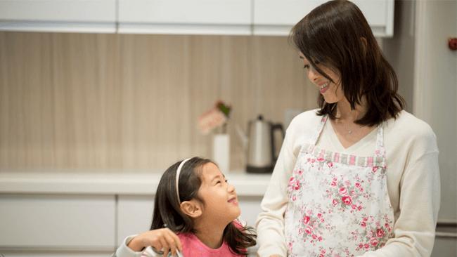 ついスマホを見てしまうママ。自分の幼少期に比べて子どもとの会話が4割減っている実感アリ