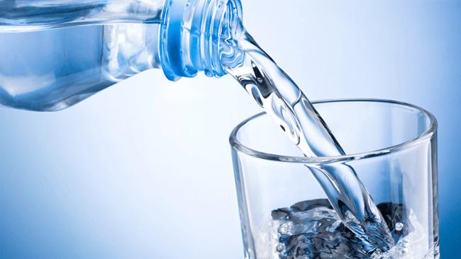 ミネラルウォーターの飲用者は7割弱。その理由は「熱中症予防」「代謝アップ」「血液サラサラ」