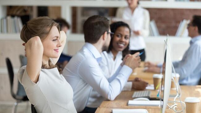 仕事の休憩時間は何してる?32%の人が軽食をとる。27%の人は●●をとっている!!