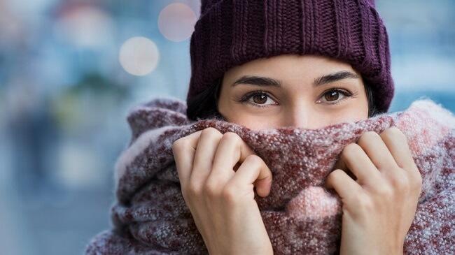 冬でも汗をかいて暑いと感じるシチュエーションは?6割が不快に思う「〇〇や〇〇の中」
