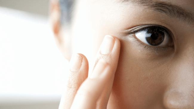 目の症状が気になる人は5割弱!影響は「肩こり・首の痛み」や「頭痛」など