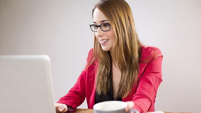 パソコンの使い過ぎによる眼精疲労が引き起こす頭皮トラブルとは?