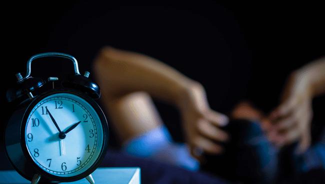 先進国で2番目に睡眠時間が短い日本。睡眠不足で生産性やメンタル異常を感じる人はなんと80%以上!!
