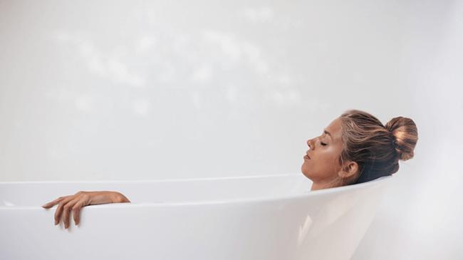 入浴中にすることは2極化傾向に。「何も考えずにぼーっとする」が38%、「考え事をする」が21%。